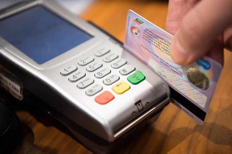Как расплачиваться картой в магазине?