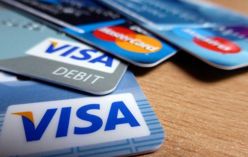 Как узнать, какая карта – кредитная или дебетовая?